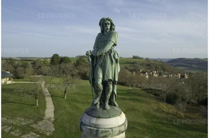 la-statue-de-vercingetorix-situee-a-alise-sainte-reine-peut-elle-vaciller-sur-son-socle-photo-archives-le-progres-1450251431